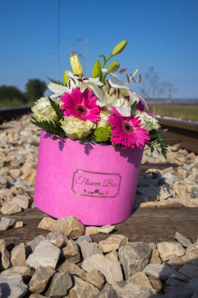 Roze cvece u kutiji