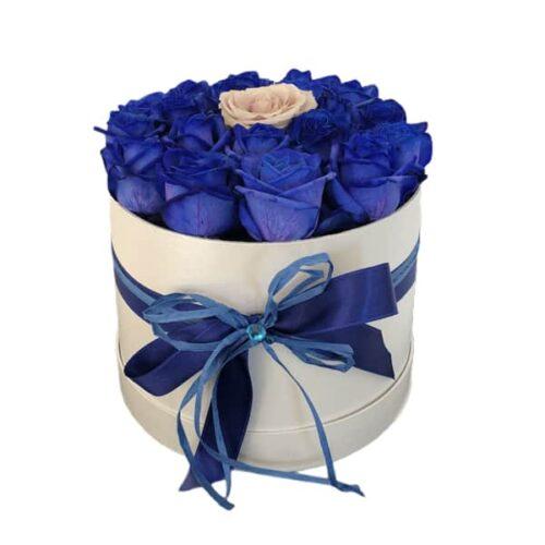 flower box sa plavim ruzama