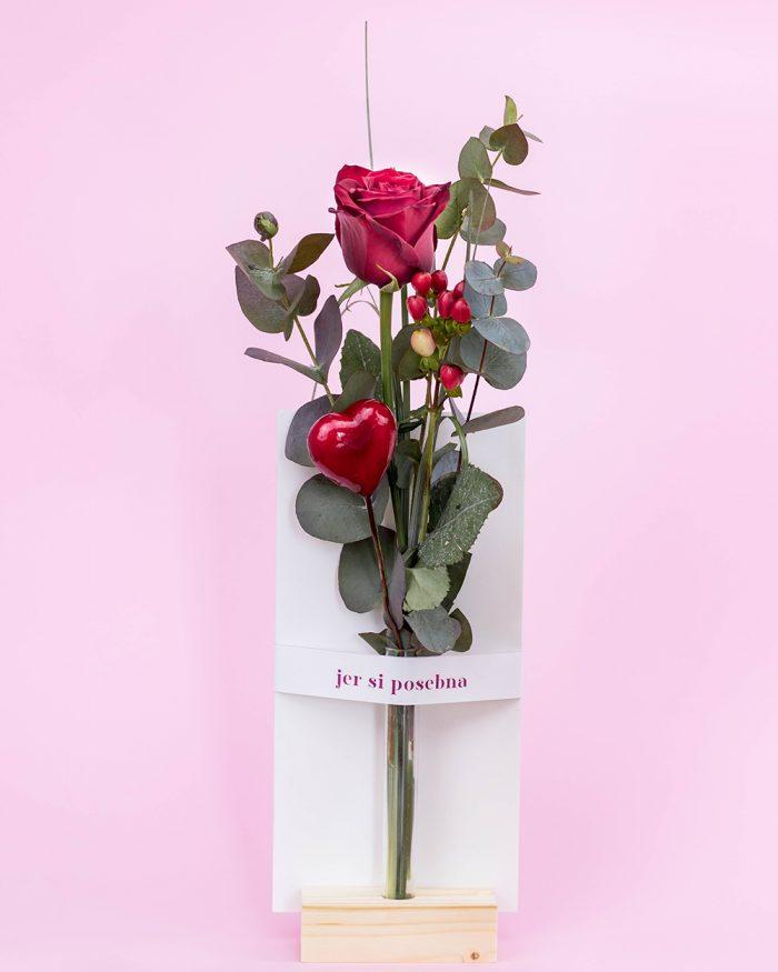 Ruza u cvetnoj kartici
